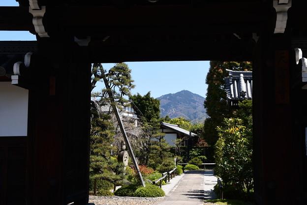 額縁門の中の比叡山