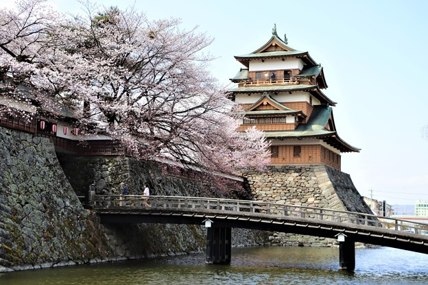 お堀に架かる冠木橋と高島城