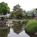 心字池映る高島城とフジ