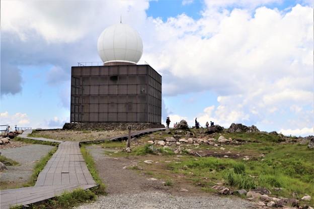 車山頂上に建つ車山気象レーダー