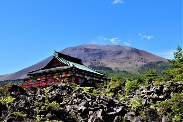 観音堂と浅間山