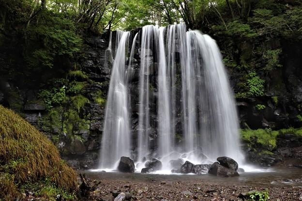 直瀑・簾状の唐沢の滝