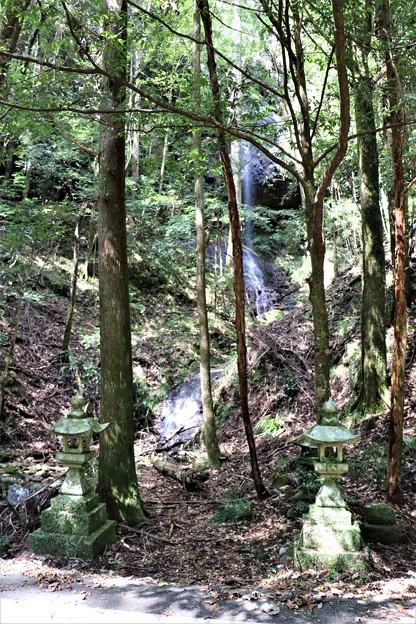 滝入口に石灯籠