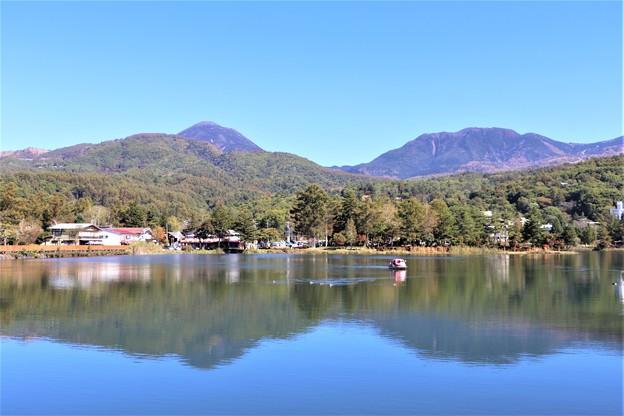 蓼科湖に映し出す蓼科山と北横岳