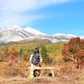 大カエデと名峰を仰ぐ女性