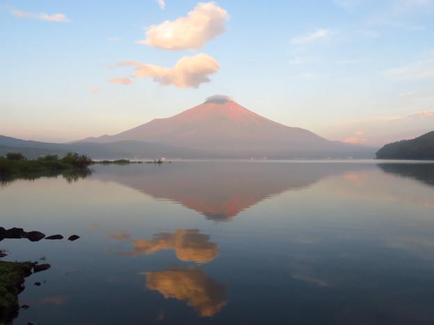 朝焼けの山中湖と踊る雲。