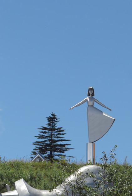 高原の風に立つ少女。