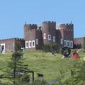 高原に出現ロック城。