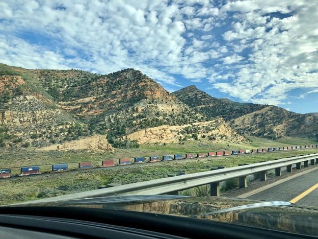 地層の見える岩山と貨物列車