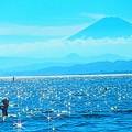 輝く海と富士山