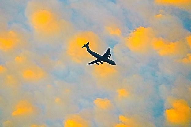 焼ける雲の中を飛ぶ