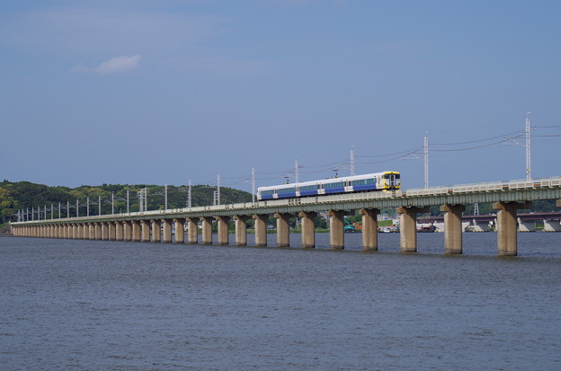 北浦橋梁を渡るE257系