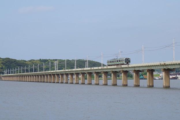 長い長い北浦橋梁を渡る2両編成