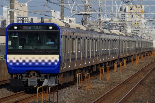 下総中山駅を通過するE235系快速