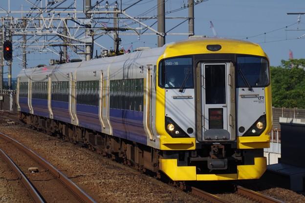新浦安駅を通過する特急わかしお14号東京行き