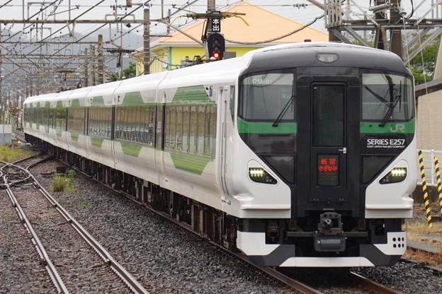 館山駅に入線するE257系オオOM-91編成