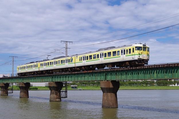 信濃川橋梁を渡る弥彦色の115系ニイN36編成