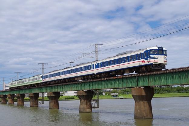 信濃川橋梁を渡る115系一次新潟色と二次新潟色
