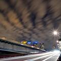 晴海大橋の光跡と波状雲