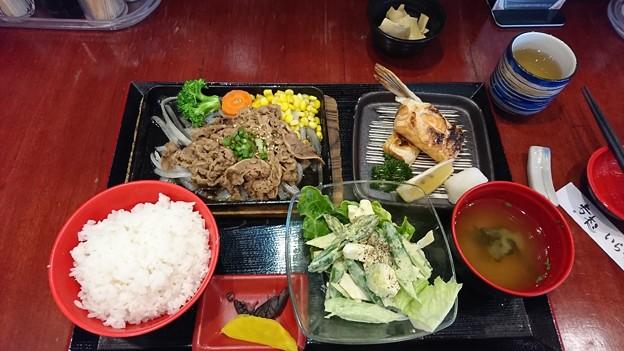 青島牛のカルビ焼き肉鮭のハラス焼きアスパラサラダ