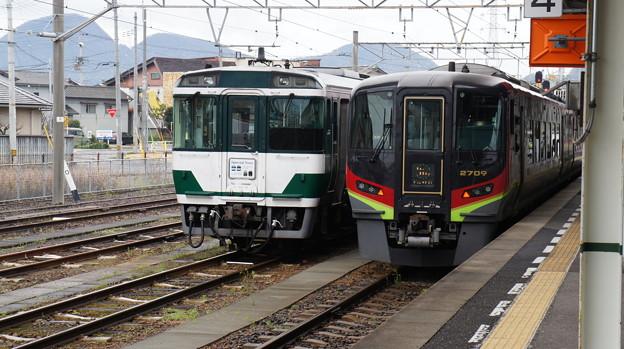 JR四国 キハ185-18と2700系 2709