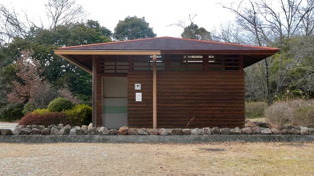 愛知県森林公園 植物園北門 - 2:北門前のトイレ