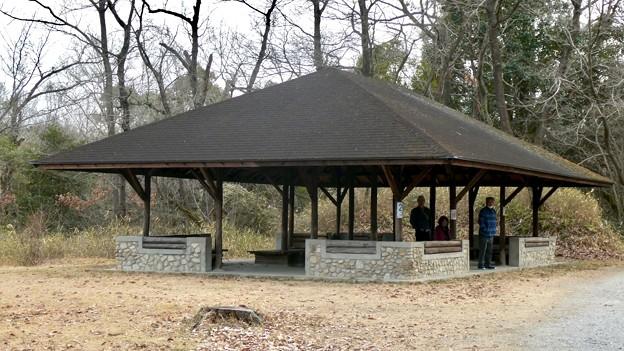 愛知県森林公園:大道平池沿いにある休憩スペース