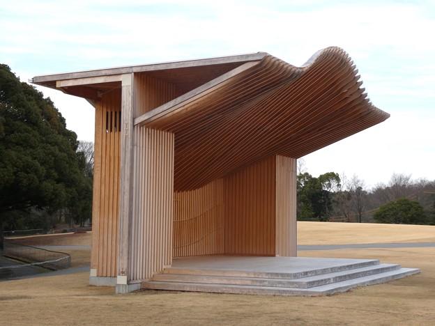 愛知県森林公園 芝生広場 - 5:印象的なステージの屋根