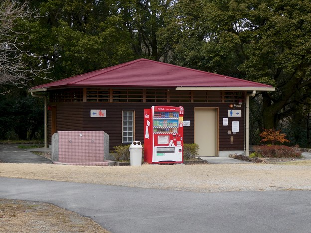 愛知県森林公園:芝生広場横のトイレと自販機