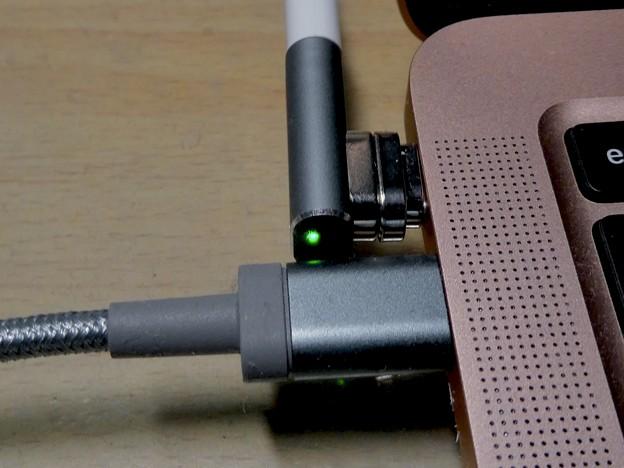 Macbook Air・ProをMagsafe化できる「Sisyphy Magsafe 磁気 マグネット USB-Cアダプター(9ピン)」 - 18:Lighningケーブルだと干渉しなそう