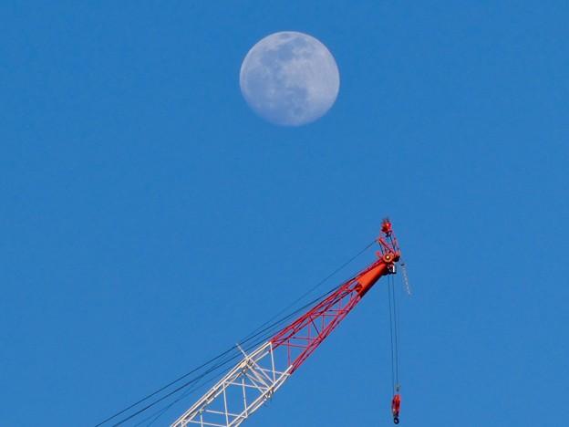 建設中のマンションのクレーンと上ったばかりの白い満月 - 2