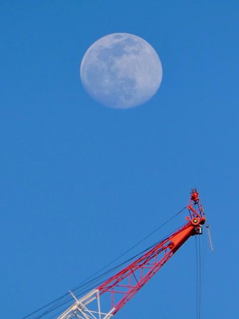 建設中のマンションのクレーンと上ったばかりの白い満月 - 3