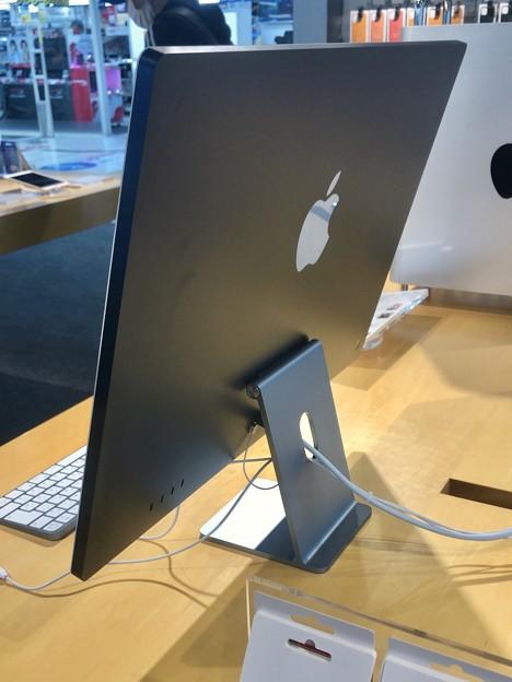 M1搭載iMacのブルーモデル - 2:背面