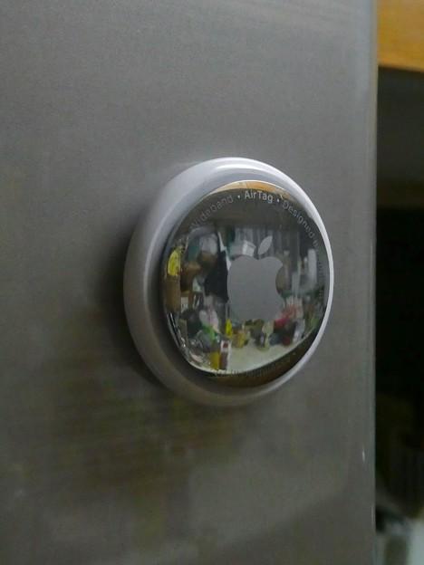 Airtag - 25:冷蔵庫にくっつく程度の磁力あり