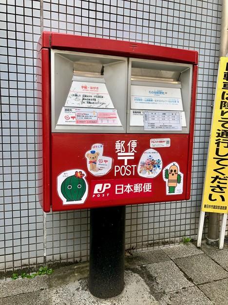 市のサボテンキャラのシールが貼られてたJR勝川駅前のポスト - 1