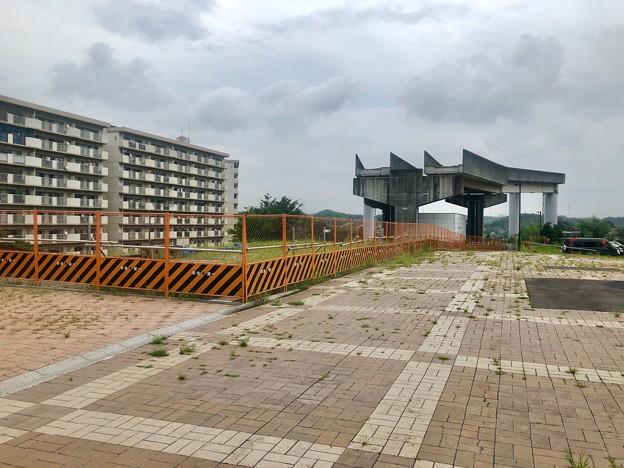 雑草が目立ち始めた建物無くなった旧・桃花台東駅前(2021年9月2日) - 2
