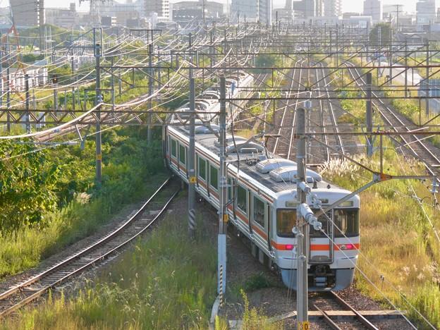 曲がったように見えたJR中央線の電車