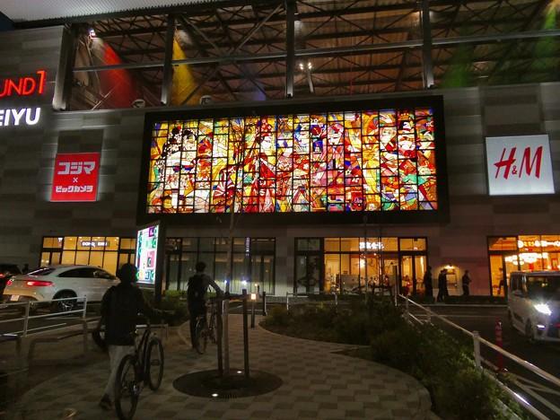 ライトアップされた夜のイーアス春日井ステンドグラス - 1