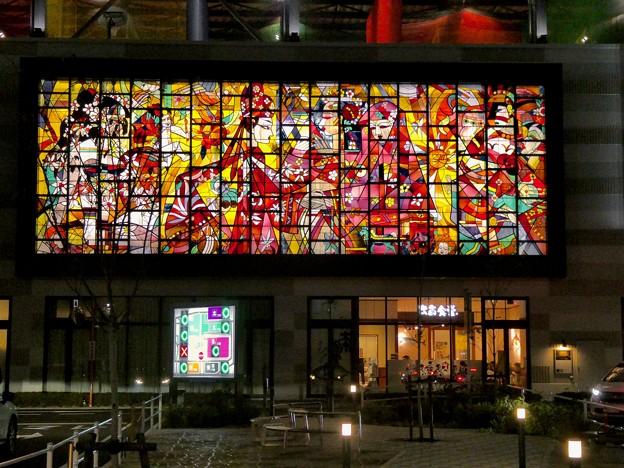 ライトアップされた夜のイーアス春日井ステンドグラス - 6