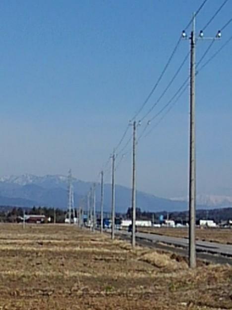 郊外の道と山(3月4日)