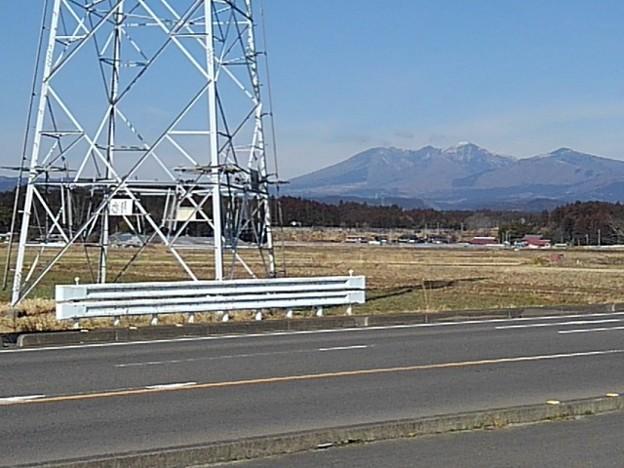 鉄塔の下部と山(3月4日)
