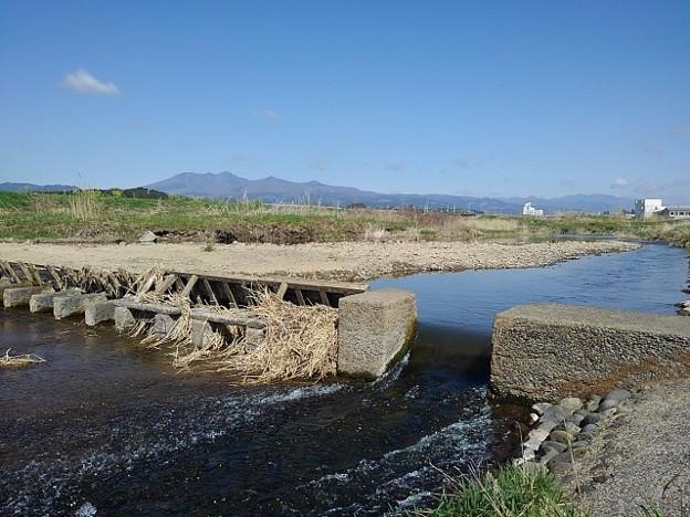 川の堰と山(4月7日)