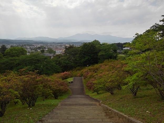 長峰公園の丘の上の下り階段と山の景色(5月9日)