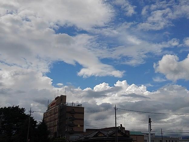 ビジネスホテルの建物と入道雲(8月7日)
