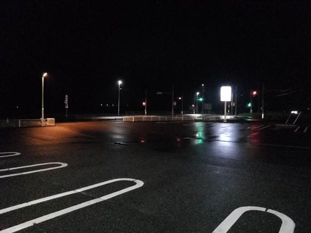 雨上がりの夜の駐車場と交差点(8月24日)