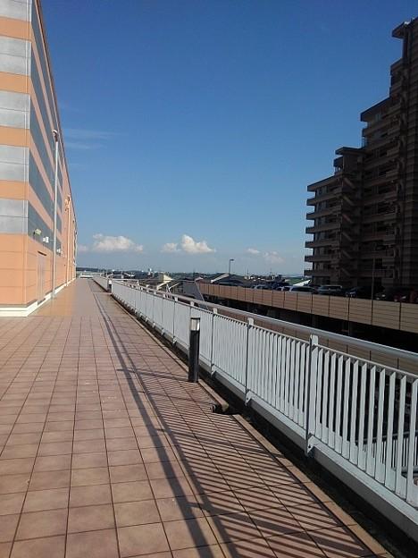 奥に雲が見える歩道橋の道(10月8日)