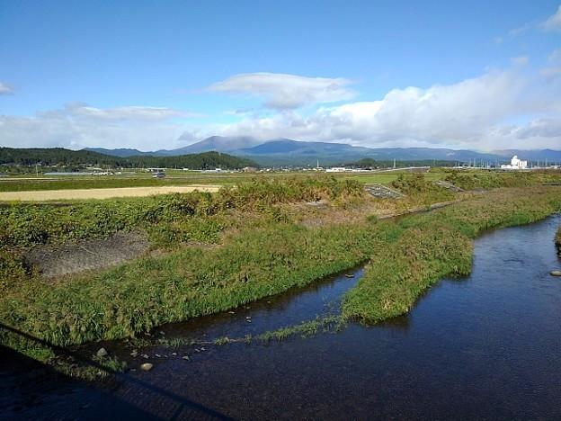 川と奥に見える山(10月21日)
