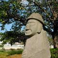 大樹の下の石像