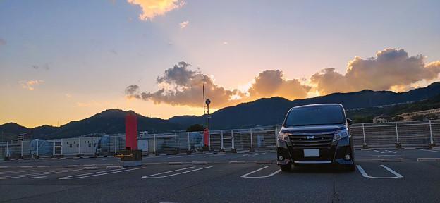 愛車トヨタノア80系と夕焼け