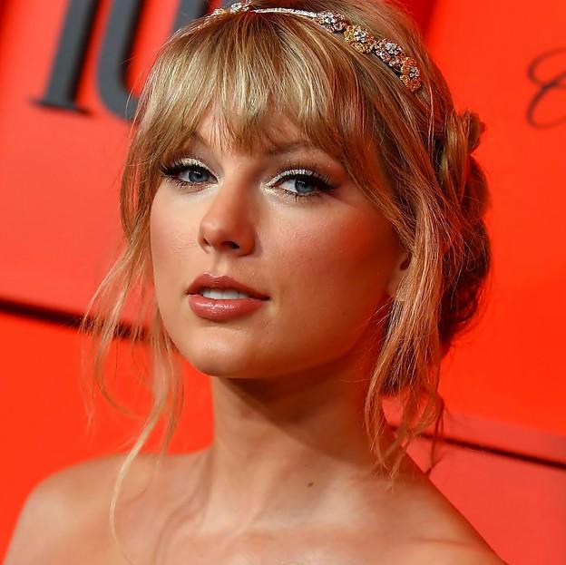 Beautiful Blue Eyes of Taylor Swift(11233)
